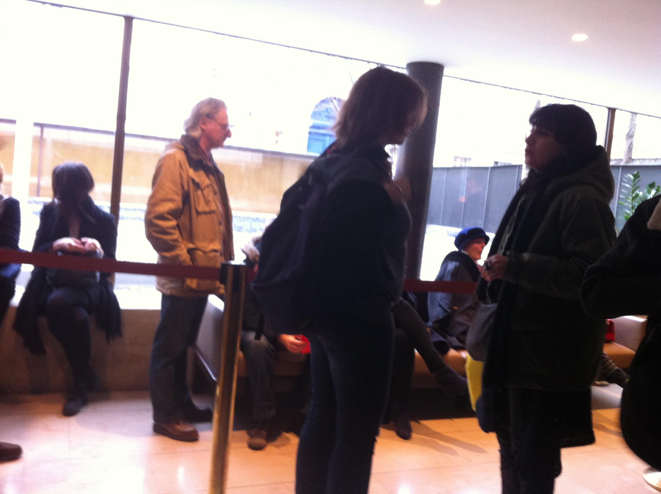 Dans le hall, parmi d'autres journalistes, en attendant l'ouverture de l'expo