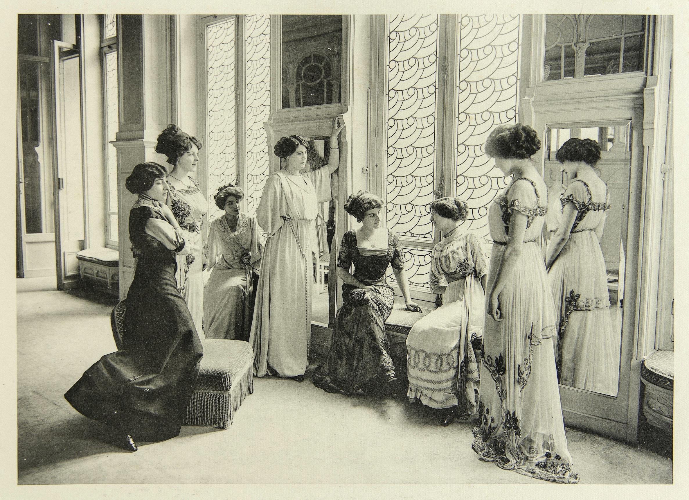 G. Agié, Les mannequins, 1910, Photographie extraite de l'album Les Créateurs de mode (éd. du Figaro)