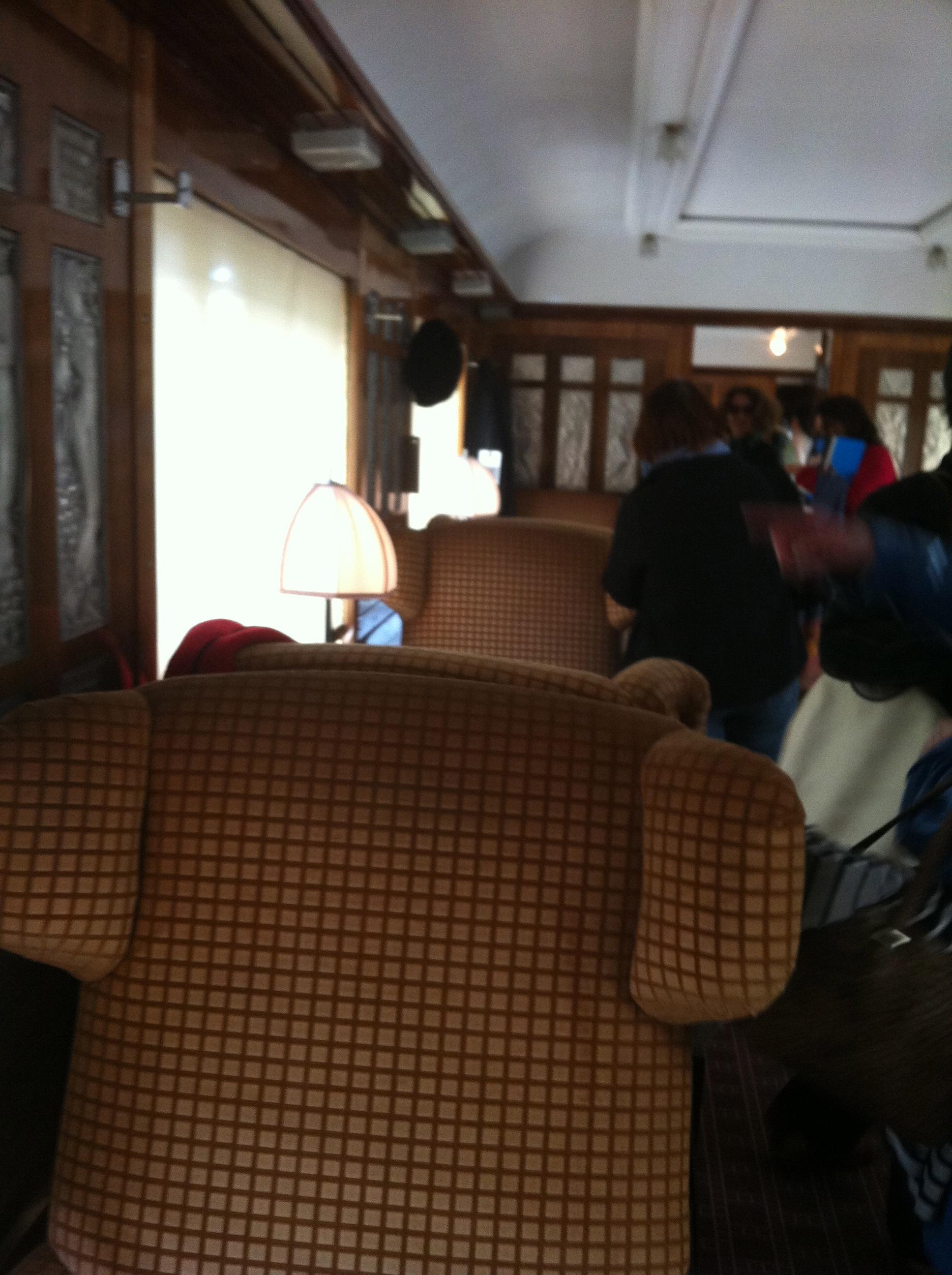 On se croirait dans un train actuel, à la recherche de son numéro de siège