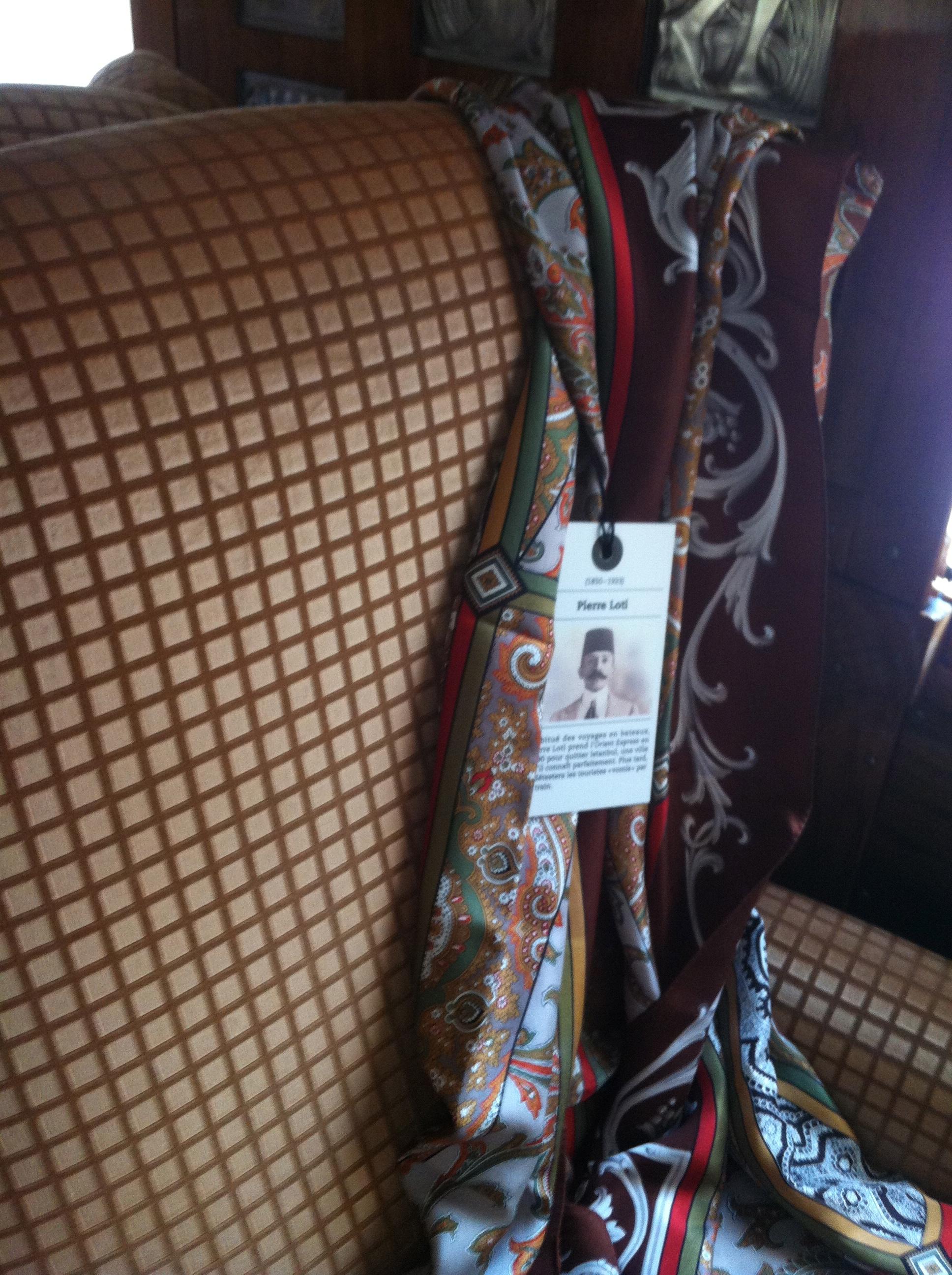 Sur quelques sièges, le nom de passagers célèbres ainsi qu'un accessoire rappelant le visiteur à leur bon souvenir.