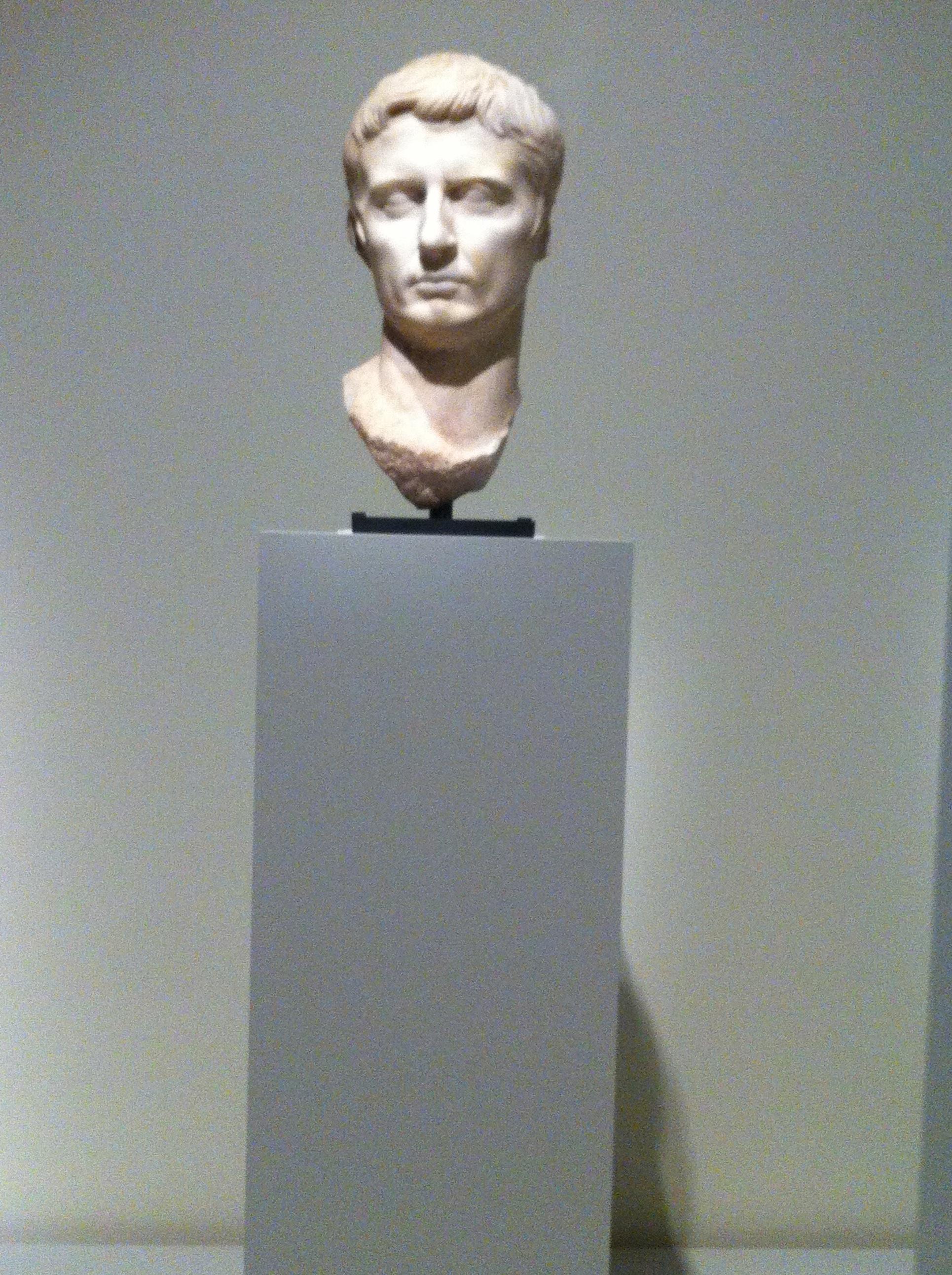 Auguste, Rome, 1er siècle apr. J.-C., marbre. Entre le Grand Palais, où il tient la vedette, la Pinacothèque, aux côtés de Cléopâtre, l'empereur est partout !