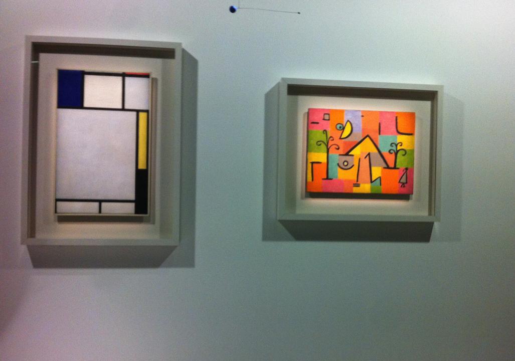 À gauche : Piet Mondrian, Composition avec bleu, rouge, jaune et noir, huile sur toile. À droite : Paul Klee, Douceur d'Orient, Suisse, Berne, 1938, peintres à l'huile et à la colle sur papier