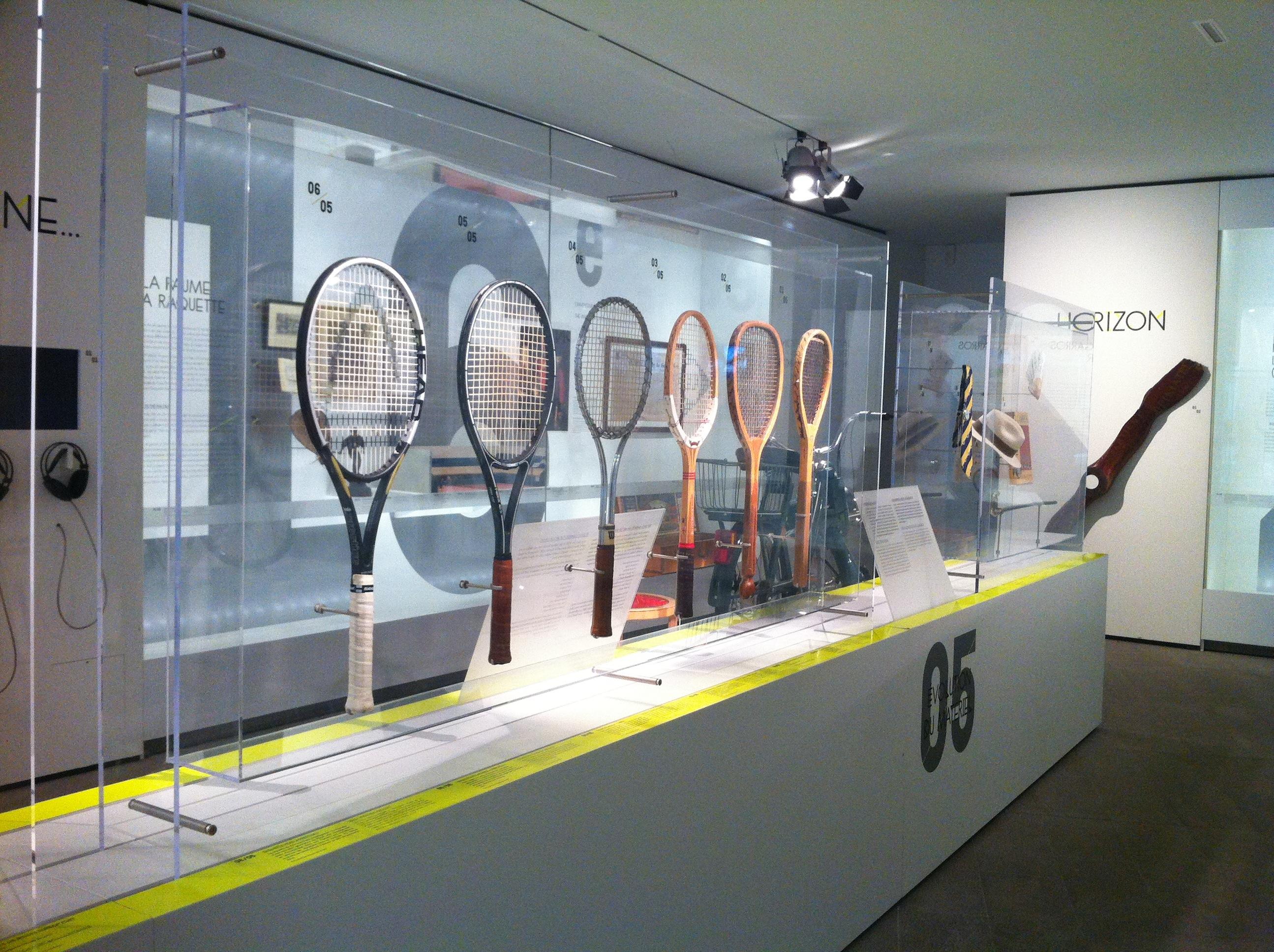De droite à gauche : raquette de paume (1625),  raquette Gyles Bros LTD «Club» (1895), raquette Dunlop (1960), raquette Wilson «T2000» (1970), raquette Prokennex «Fiber Ace» (1995)...