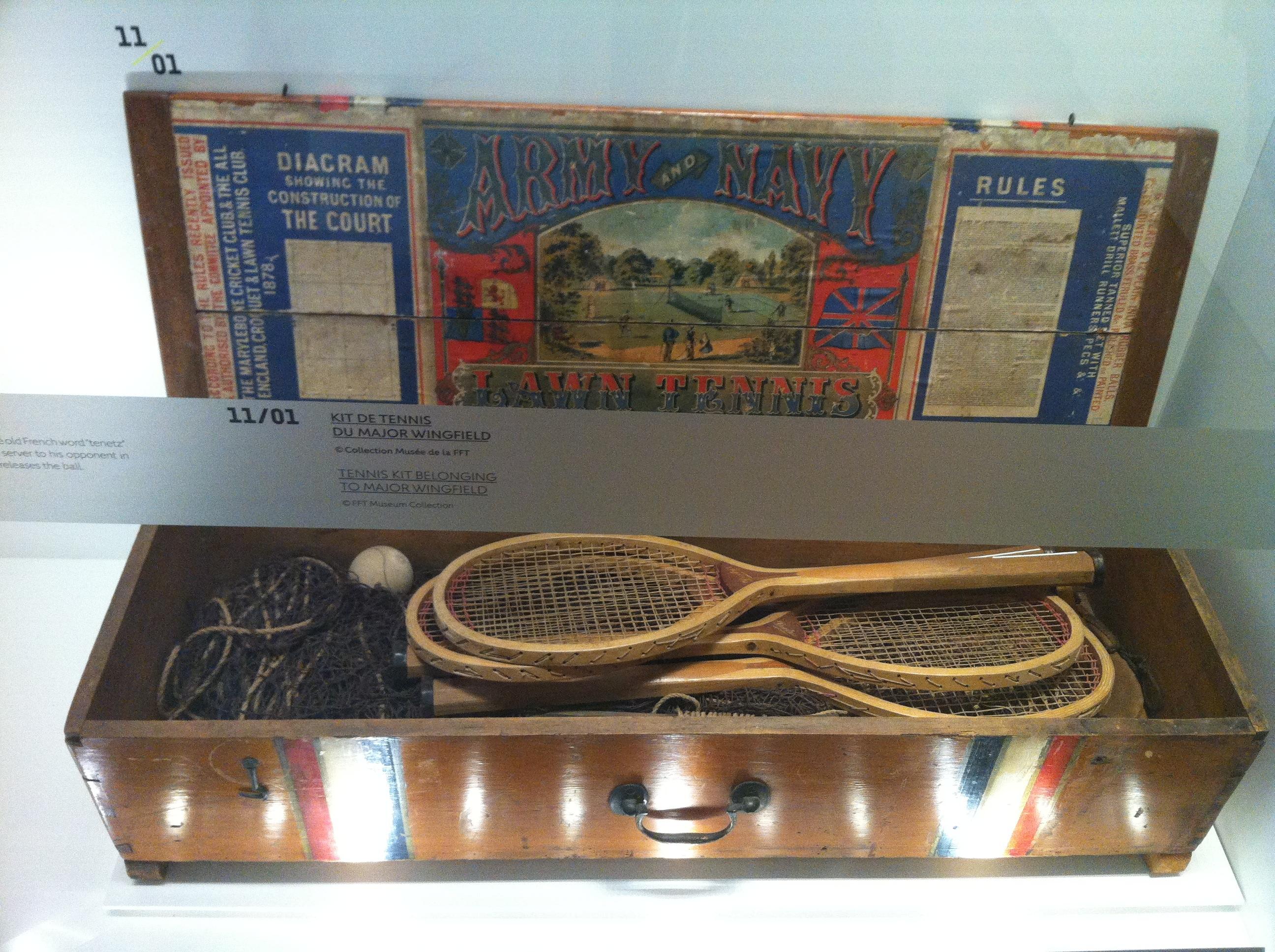 Le Major Wingfield est l'instigateur d'un kit, un coffre contenant tous les éléments indispensables à une partie de tennis, des raquettes au filet, en passant par les balles...
