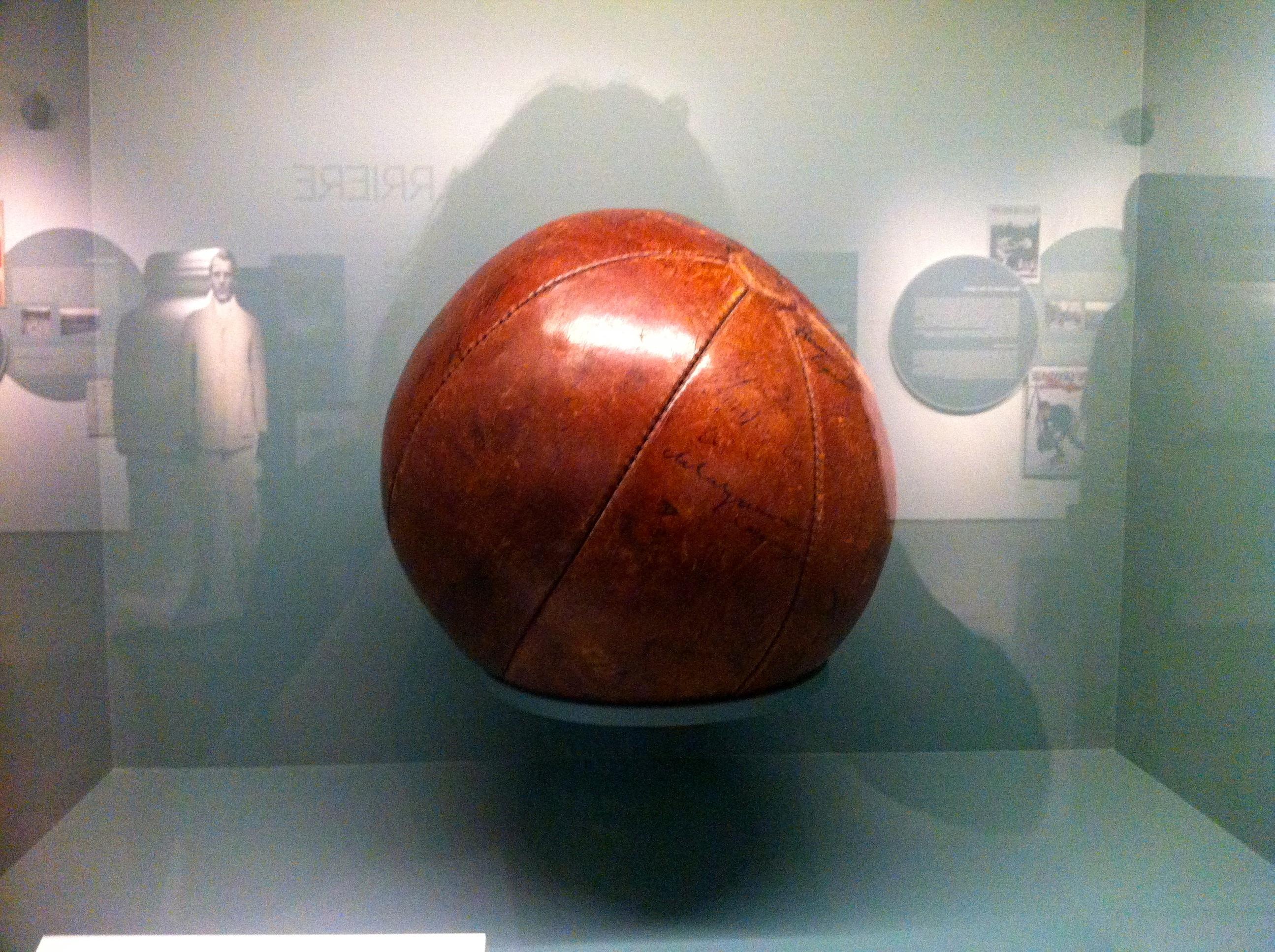 """Au sortir du combat, on encourageait les soldats meurtris à pratiquer une activité physique. En d'autres termes le sport était prescrit par la plupart des médecins. D'où le nom de ce ballon, """"The Medicine Ball"""" (la balle médicinale). © Musée de la Grande Guerre du Pays de Meaux."""