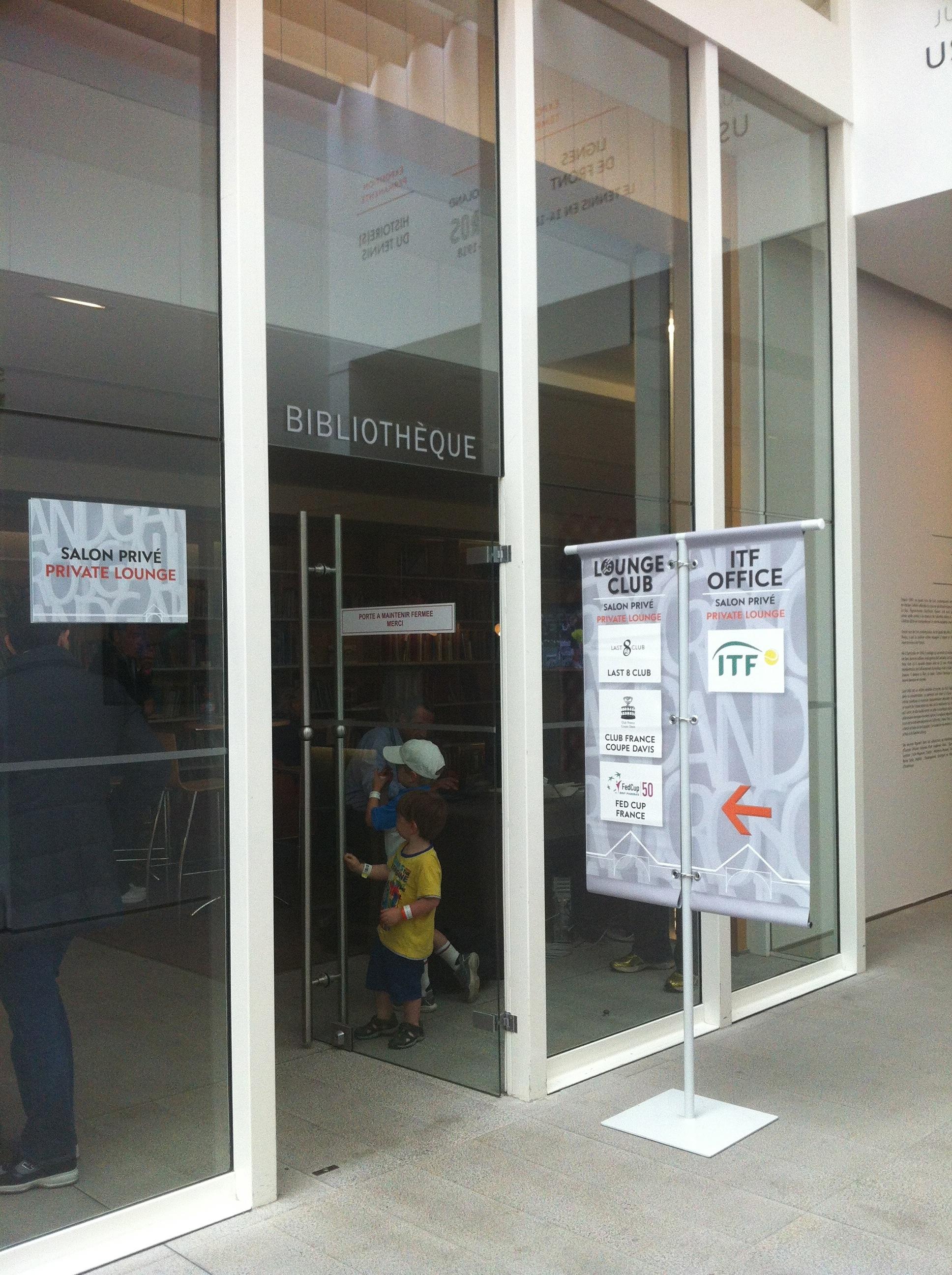 À droite en sortant, face à l'exposition permanente se trouve la bibliothèque du musée, où l'on peut d'ailleurs consulter le mémoires de Roland Garros.