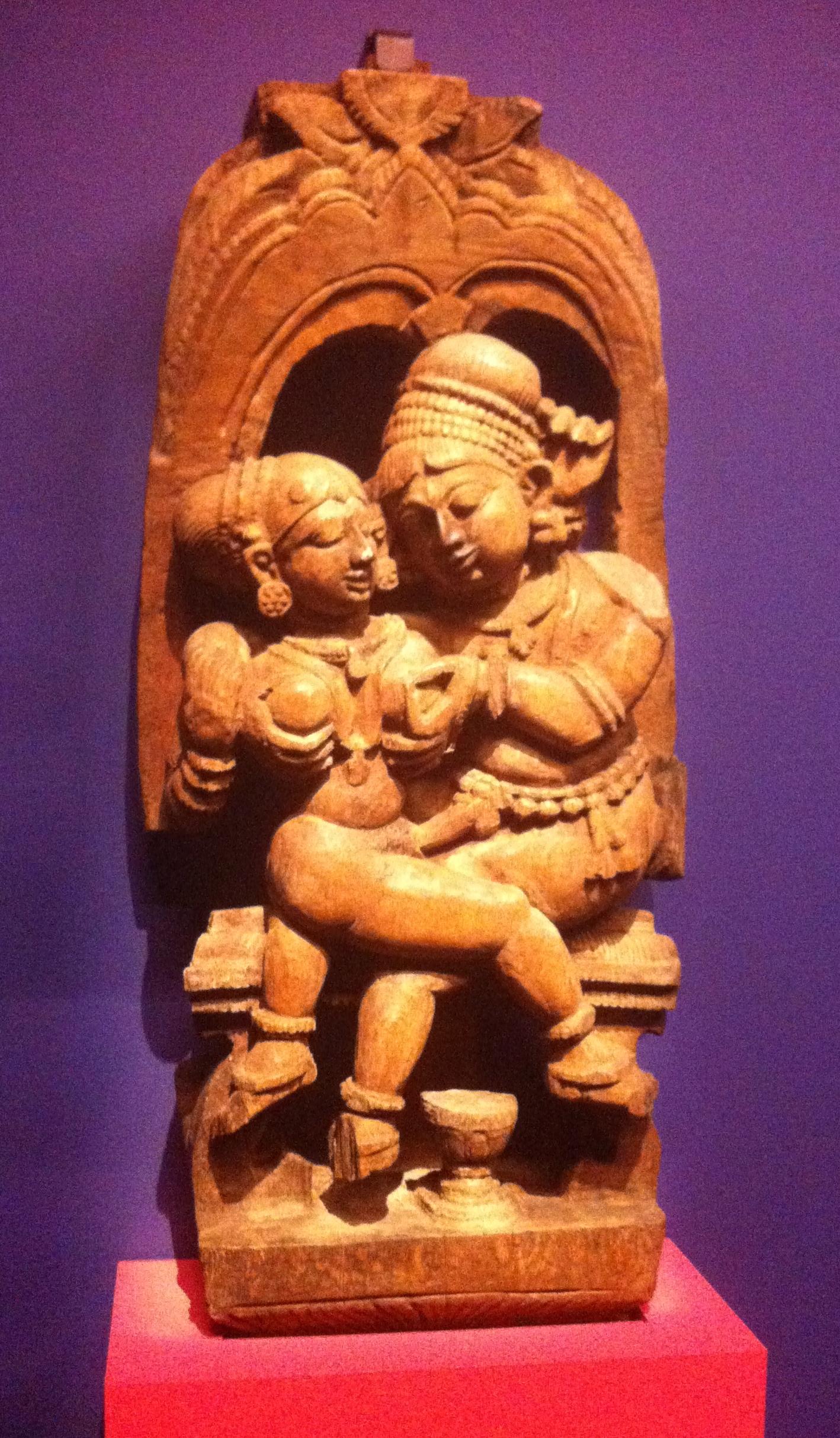 On dirait qu'il lui pince le téton...  > Pièce de char cérémoniel, Tamil Nadu, XIXe siècle