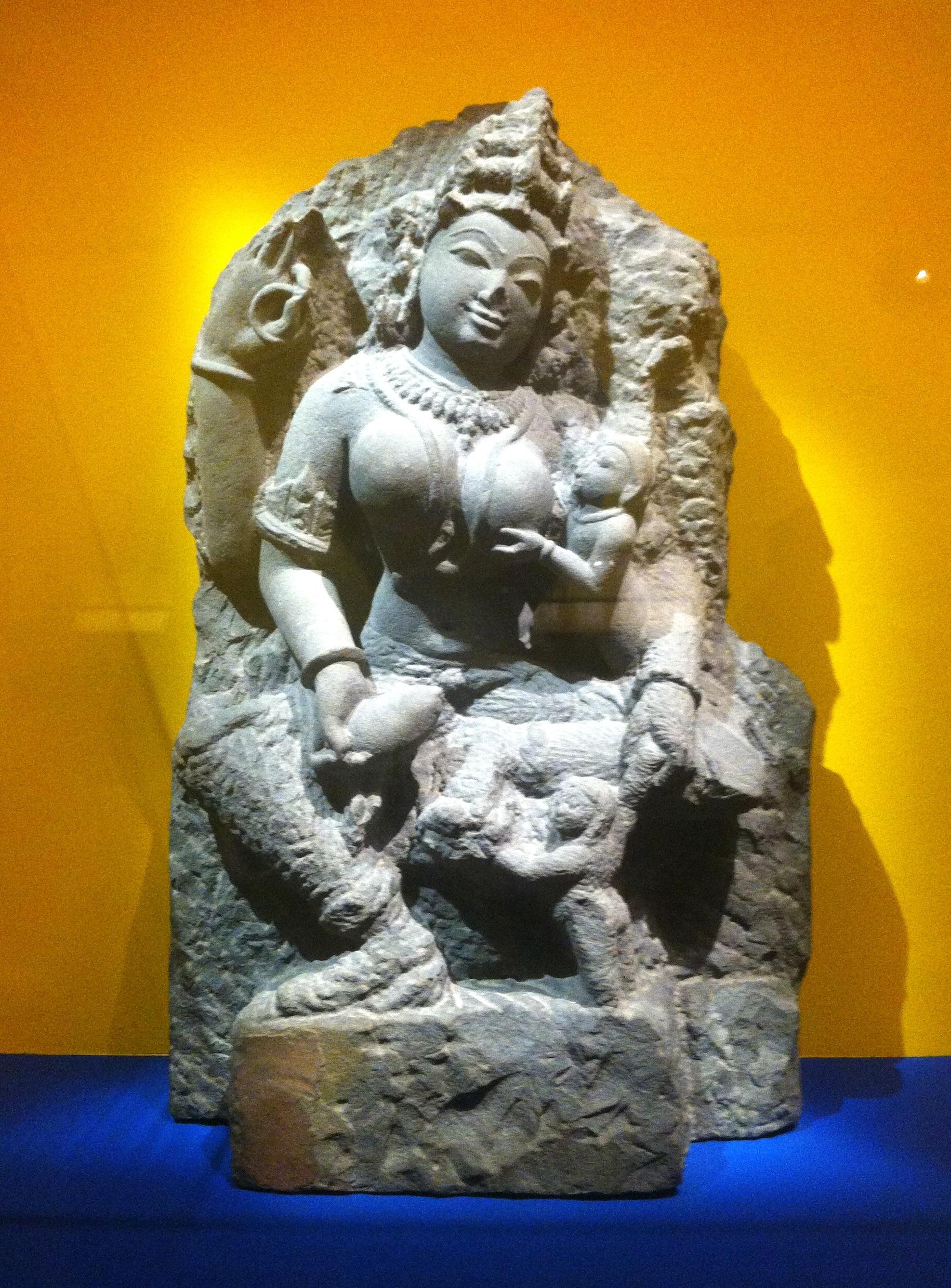 Déesse ambiguë lutinée par un enfant, alias Vierge à l'enfant pervers   > Rajasthan, XIe siècle